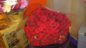 バラの花束 値段 100本 .グリーンロード